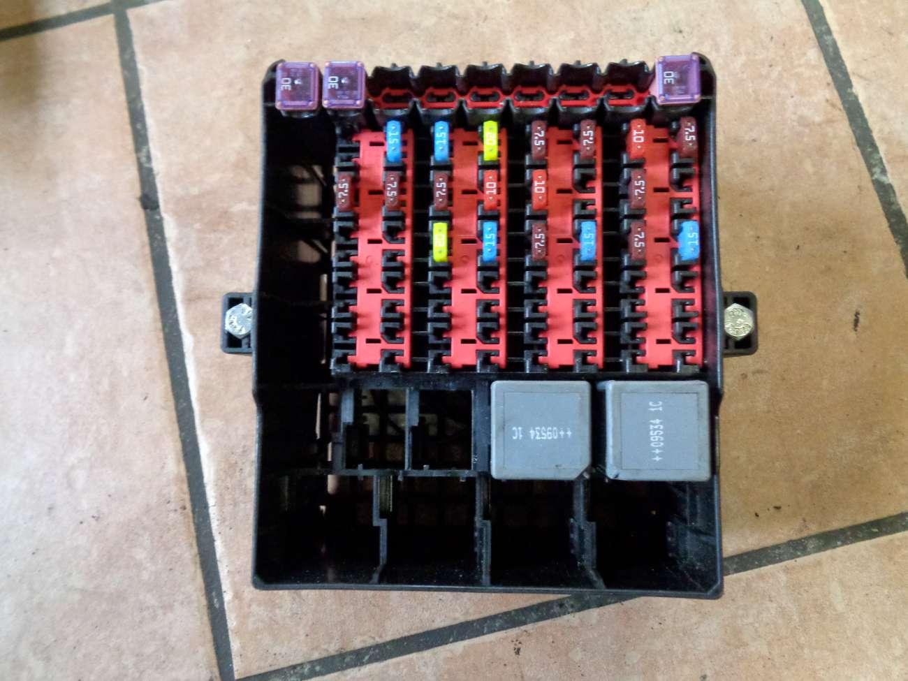 Ford Fiesta VI JA8 Bj:2010 Sicherungskasten Relais 8V5T14A005ACB